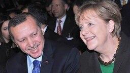 Bundeskanzlerin Angela Merkel (CDU) in Hannover während der offiziellen Eröffnung der Computermesse CeBIT neben dem türkischen Ministerpräsidenten Recep Tayyip Erdogan. © dpa - Bildfunk Fotograf: Caroline Seidel