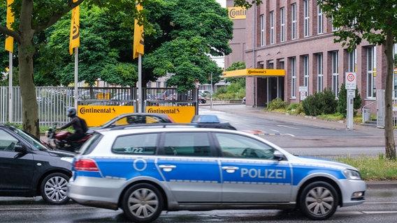 Vor der Unternehmenszentrale der Continental AG in Hannover steht ein Einsatzfahrzeug der Polizei