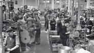 Die historische Aufnahme aus den 1930er Jahren zeigt das Gummitechnische Prüflaboratorium im Continentalwerk Vahrenwald. © dpa-Bildfunk Foto: Continental AG/dpa