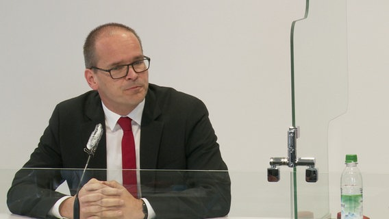 Education Minister Grant Hendrik Tonne (SPD) at a press conference of the Corona-Kirsenstab.  © NDR