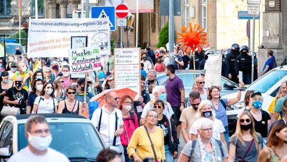 Gegnern der Corona-Maßnahmen demonstrieren in Hannovers Innenstadt. Im Vordergrund: Polizei. © picture alliance/Hauke-Christian Dittrich/dpa Foto: Moritz Frankenberg
