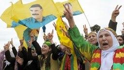 Kurden demonstrieren in Düsseldorf. Rund 30 000 Kurden wollen anlässlich des Neujahrsfests Newroz in Hannover demonstrieren. © dpa-Bildfunk Foto: Federico Gambarini