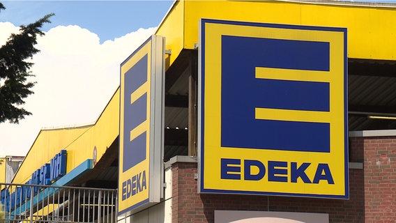 Ein Edeka-Logo an einem Markt des Supermarktes. © NDR Foto: Ann-Kristin Mennen
