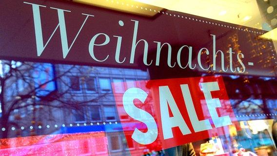 """Ein Schild mit der Aufschrift """"Weihnachts-Sale"""" in einem Schaufenster. © dpa - Bildfunk Fotograf: Peter Steffen"""