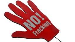 """Eine rote Papphand mit der Aufschrift """"NO! Fracking"""". © dpa - Bildfunk Foto: Peter Steffen"""