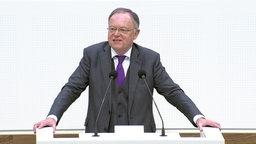 Ministerpräsident Stephan Weil (SPD) steht im Landtag. © NDR