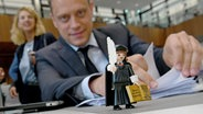 Eine Martin Luther-Figur steht am Sitzplatz von Wiard Siebels. © dpa-Bildfunk Fotograf: Holger Hollemann
