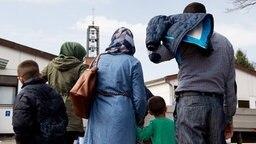 Syrische Flüchtlinge kommen in das Grenzdurchgangslager Friedland im Landkreis Göttingen. © dpa - Bildfunk Foto: Swen Pförtner