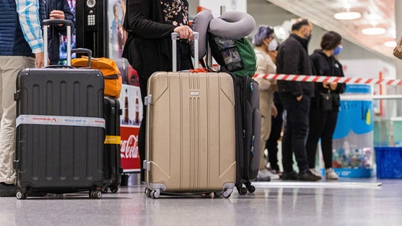 Travelers wait in front of the security clearance from Hanover Airport.  © dpa-Bildfunk Photo: Michael Matthey