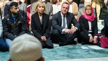 Boris Pistorius (SPD, 2.v.r), Innenminister von Niedersachsen, Petra Rudszuck (SPD, r), stellvertretende Präsidentin der Region Hannover, und Doris Schröder-Köpf, niedersächsische Landesbeauftragte für Migration, sitzen zum Freitagsgebet in der Ayasofya Moschee, aus Solidarität mit den Muslimen in Neuseeland nach den Terroranschlägen. | dpa - Bildfunk