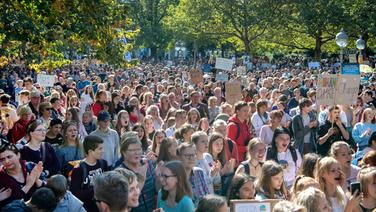 In Hannover demonstrieren zehntausende bei