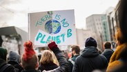 "Bei einer Demonstration in Hannover von ""Fridays for Future"" halten Demonstrierende ein Protestplakat mit der Aufschrift ""There is no Planet B"" in die Luft. © NDR Foto: Julius Matuschik"