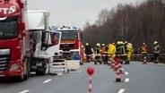 Auf der Autobahn 7 bei Lutterberg sind zahlreiche Einsatzkräfte bei einem Lkw-Unfall zu sehen. © dpa - Bildfunk Foto: Swen Pförtner