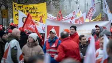 Die IG Metall demonstriert in Warnwesten und mit Spruchbändern gegen den Stellenabbau bei Continental. | dpa Bildfunk