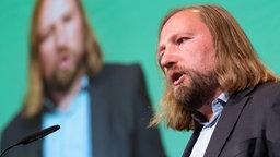 Anton Hofreiter spricht auf einer Bühne. Im Hintergrund ist er auf einem Bildschirm zu sehen. © dpa-Bildfunk Foto: Peter Steffen