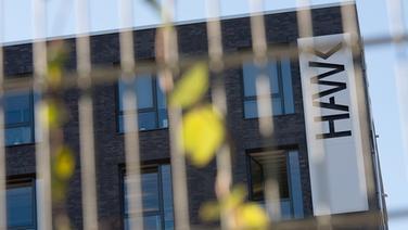 """Der Schriftzug """"HAWK"""" an der Bibliothek der Hochschule für angewandte Wissenschaft und Kunst (HAWK) in Hildesheim. © dpa - Bildfunk Fotograf: Sebastian Gollnow"""