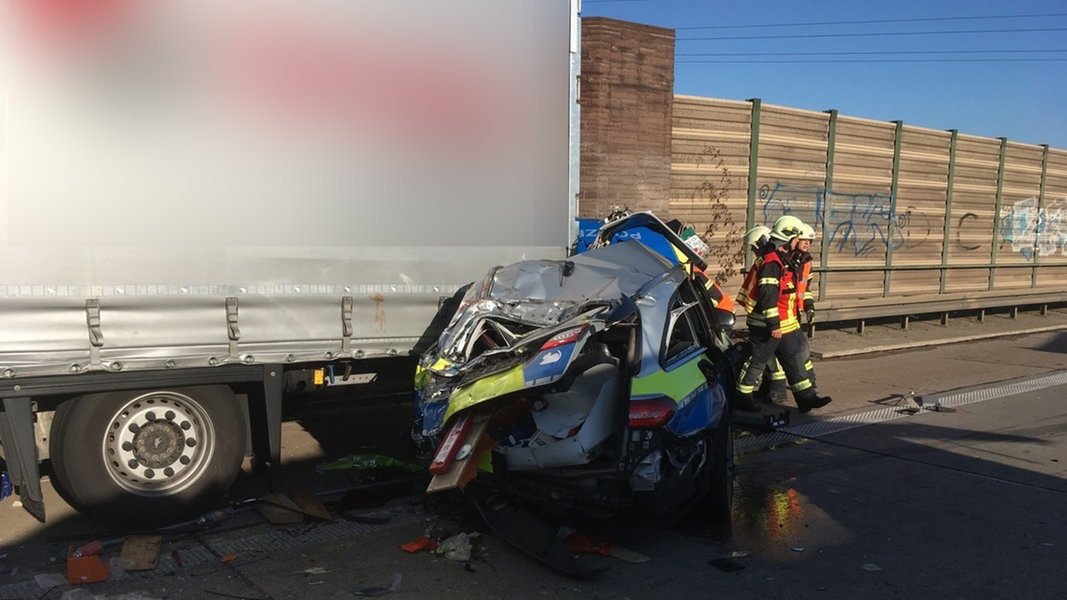 A7: Lkw rast in Polizeiwagen