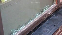Glasscherben stecken im Rahmen eines Fensters, bei dem die Scheibe zerbrochen ist. © NDR Fotograf: Eric Kliztke