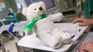 Ein Teddy in einem Operationssaal. © Kinderkrankenhaus Bult