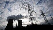 Dampf steigt vom Kohlekraftwerk Mehrum auf. © dpa-Bildfunk Foto: Julian Stratenschulte