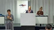 Claudia Schröder, Vize-Leiterin des Krisenstabs, spricht auf einer Pressekonferenz. © NDR