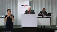 Der Leiter des Corona-Krisenstabs Heiger Scholz spricht bei einer Pressekonferenz. © NDR