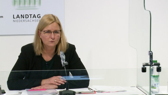 Claudia Schröder, deputy head of the Lower Saxony corona crisis team, speaks at a press conference.  © NDR