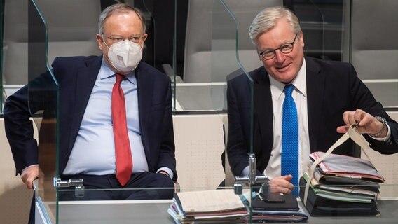 Le Premier ministre Stephan Weil (SPD) et Bernd Althusmann (CDU), assis ensemble au Parlement de Basse-Saxe. dpa Bildfunk Photo : Julian Stratenschulte