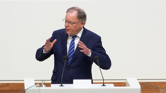 Prime Minister Stephan Weil speaks in the state parliament.  © NDR