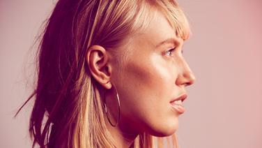 Singer und Songwriterin LEA im Profil. © Four Music