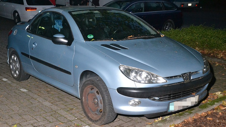 Ein blauer Peugeot steht auf einem Parkplatz. © Polizeidirektion Hannover