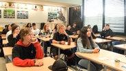 Schülerinnen und Schüler im Unterricht ohne Maske. © NDR