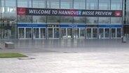 """""""Welcome to Hannover Messe Preview"""" se dresse au-dessus d'une entrée de la foire. © NDR"""