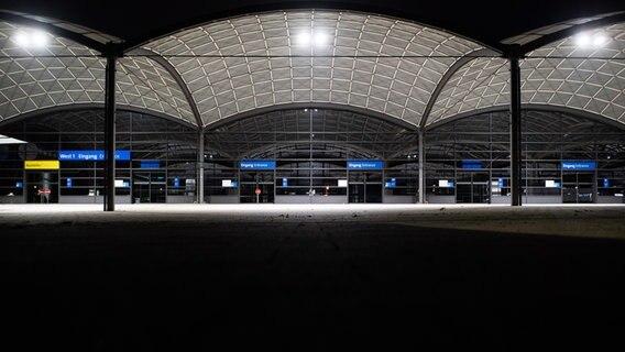 Ein Blick auf den menschenleeren Eingangsbereich des Messegeländes in Hannover. Die Corona-Pandemie macht der Deutschen Messe AG schwer zu schaffen. © dpa-Bildfunk Foto: Julian Stratenschulte