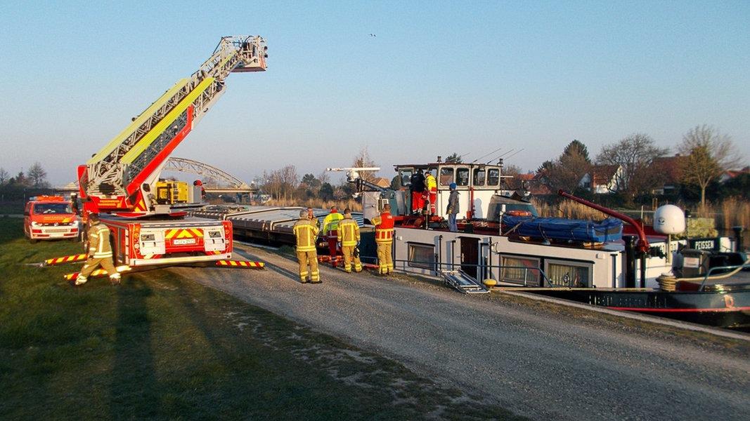 Feuerwehr befreit 200-Kilo-Mann aus seinem Boot