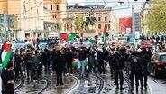Teilnehmende der Demonstration verschiedener palästinensischer Gruppen gehen begleitet von Polizei durch Hannovers Innenstadt. © dpa Foto: Philipp Schulze