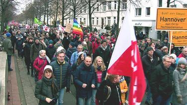 """Eine Gegendemo unter dem Titel """"bunt statt braun"""" zieht durch Hannover. © NDR"""
