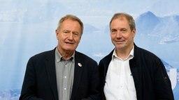 Der Präsident des Deutschen Behindertensportverbands Julius Beucher und der Chef de Mission der deutschen paralympischen Mannschaft Karl Quade stehen vor einem Aufsteller. © dpa Foto: Sebastian Gollnow
