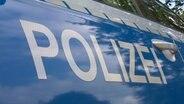 Die Tür eines Polizeiautos. © NDR