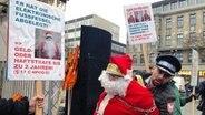 Auf einer Demonstration gegen das neue niedersächsische Polizeigesetz wird eine als Weihnachtsmann verkleidete Person verhaftet. © NDR Foto: Stefan Schölermann