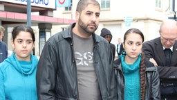 Ein Mann mit zwei jugendlichen Frauen. © Flüchtlingsrat Niedersachsen