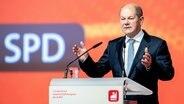 Bundesfinanzminister und Kanzlerkandidat Olaf Scholz (SPD) spricht beim 7. Ordentlichen Gewerkschaftskongress der Industriegewerkschaft Bergbau, Chemie, Energie (IG BCE). © dpa Foto: Hauke-Christian Dittrich