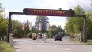 """Auf einem Schild steht """"Serengeti-Park"""". © HannoverReporter"""