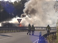 A burning tank truck is on a highway. © HannoverReporter