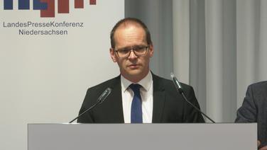 Kultusminister Grant Hendrik Tonne (SPD) spricht in der Landespressekonferenz. | NDR