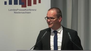 Kultusminister Grant Hendrik Tonne (SPD) spricht in der Landespressekonferenz. © NDR