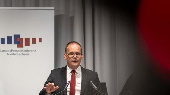 Kultusminister Grant Hendrik Tonne (SPD) spricht während einer Pressekonferenz. © dpa-Bildfunk Foto: Peter Steffen
