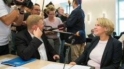 Die neue CDU-Abgeordnete Elke Twesten (r) und Ulf Thiele, Generalsekretär der CDU Niedersachsen (l), sprechen vor Beginn der CDU-Fraktionssitzung mit Journalisten. © dpa-Bildfunk Fotograf: Silas Stein