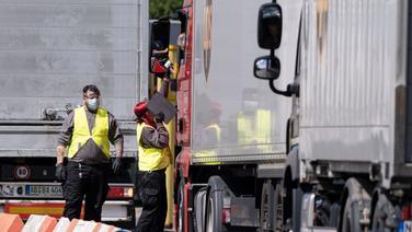 Mitarbeiter des Postdienstleister UPS in Langenhagen prüfen die Lkw-Fahrer auf Erhöhte Temperatur bevor das Fahrzeug das Firmengelände befahren darf. | dpa