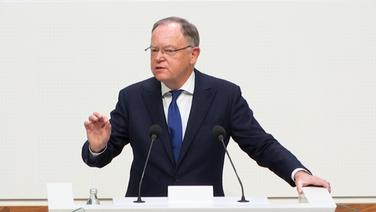 Ministerpräsident Stephan Weil (SPD) spricht im Landtag. | NDR
